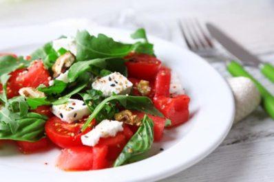 Rychlý salát s rajčaty a ořechy