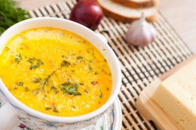 Sýrová polévka s uzeným klobáskami