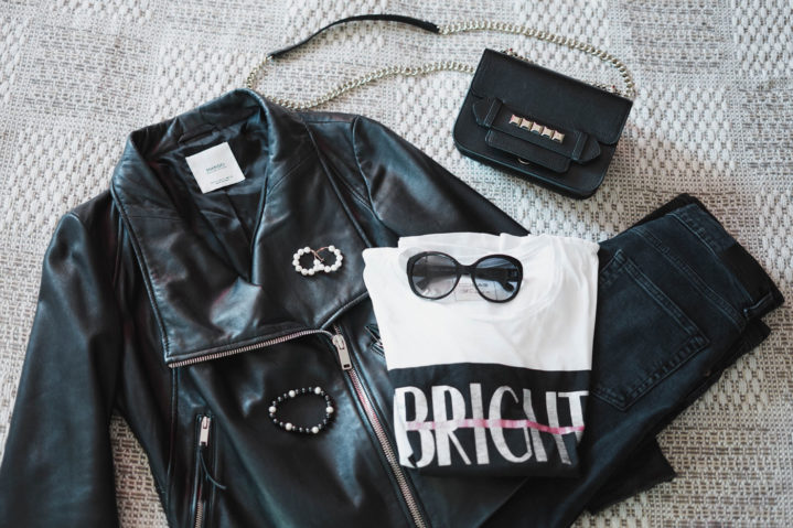 Outfit: kožená bunda, bíle tričko a rifle
